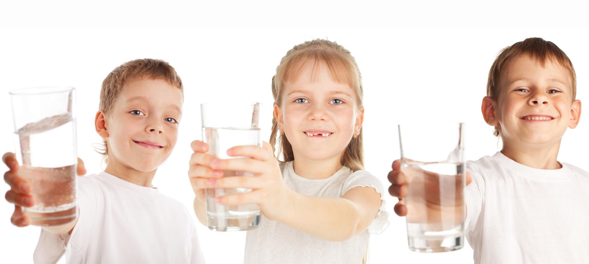 Bambini bevono bicchieri d'acqua