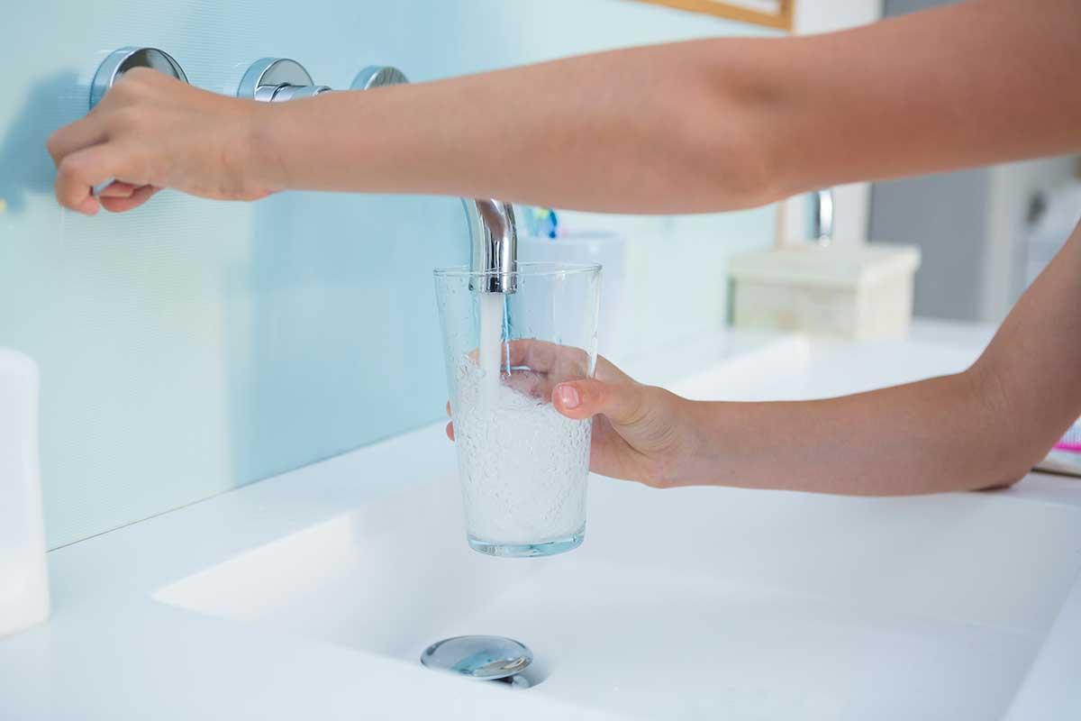 acqua di rubinetto che scende