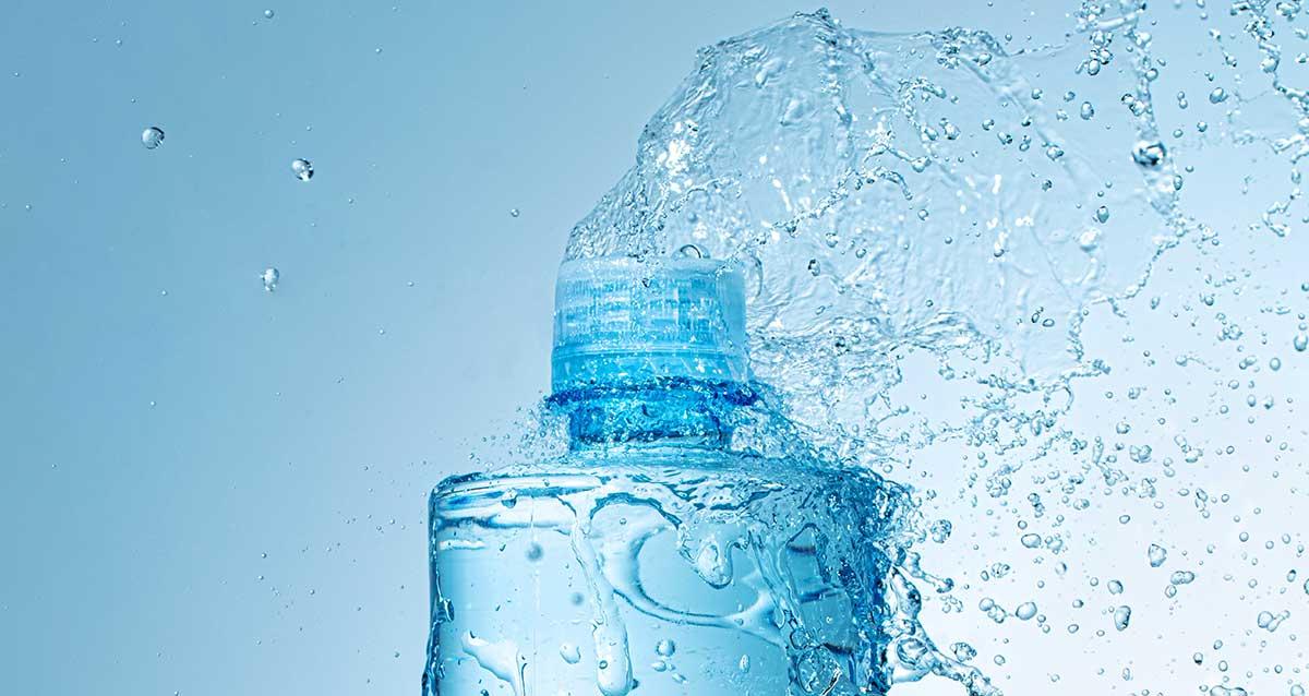 bottiglia d'acqua con gocce volanti