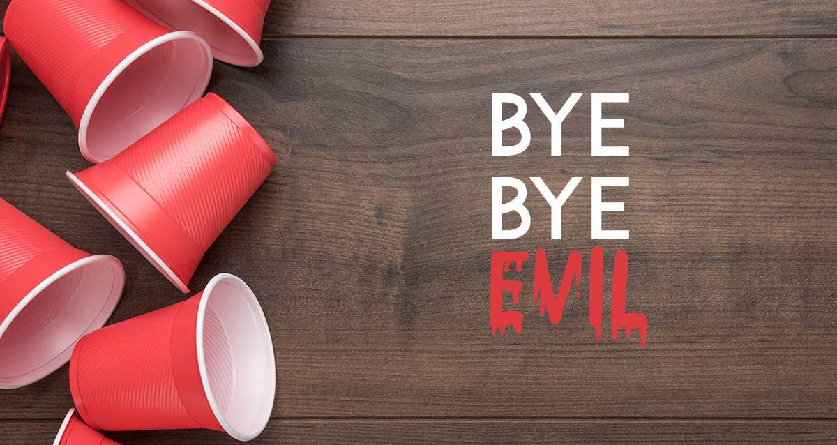 bicchierini di plastica e scritta bye bye evil