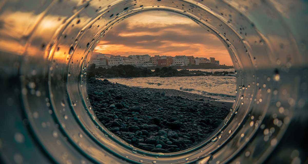 paesaggio di mare visto dall'interno di una bottiglia di plastica