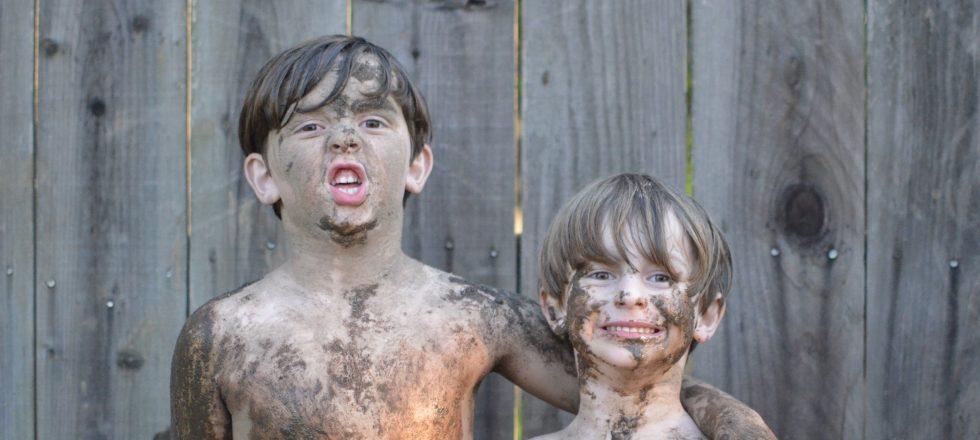 bambini sporchi di fango, più che di acqua marrone