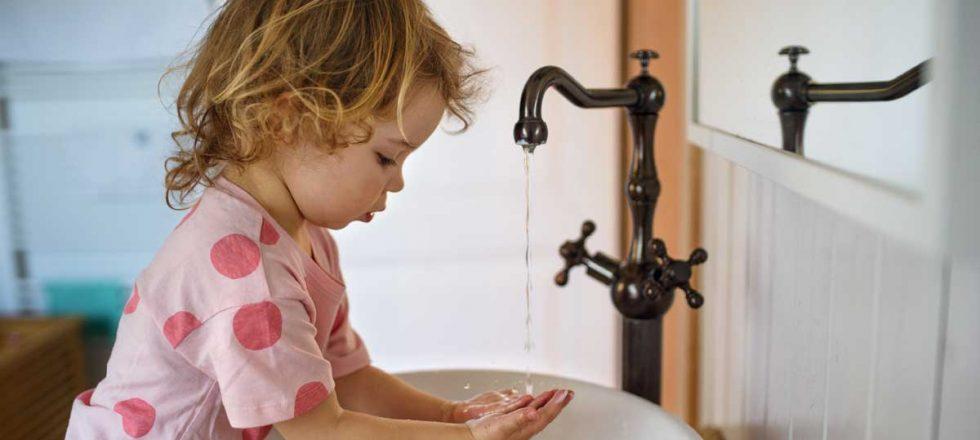 bambina-e-acqua-di-rubinetto
