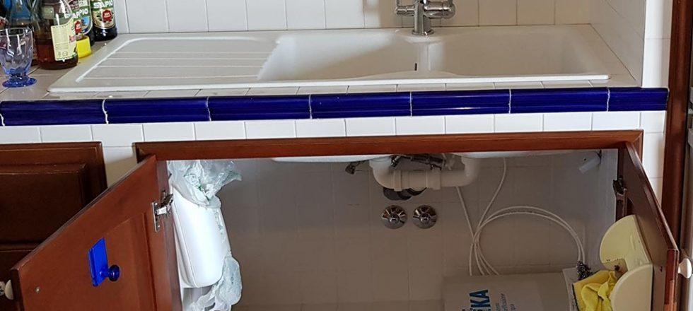 Purificatore di acqua liscia Idrika collocato nel sottolavello